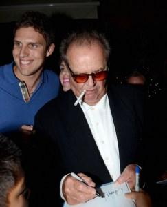 (KIKA) - LOS ANGELES - A un anno dal fioretto, Jack Nicholson può dire di avere tenuto duro nella sua battaglia al tabacco. Con l'inizio del 2012 l'attore americano ha iniziato ad apparire in pubblico fumando sigarette elettroniche e, sul chiudere dell'anno, il protagonista di capolavori come Qualcuno volò sul nido del cuculo, Il postino suona sempre due volte e Shining non ha ceduto alla tentazione di tornare a consumare tabacco. Una moda che tra i vip si sta allargando a macchia d'olio, oltre a Nicholson anche Lindsay Lohan, Katherine Heigl, Lady Victoria Hervey e la 'pietra rotolante' Ronnie Wood sono passati alla sigaretta elettronica.